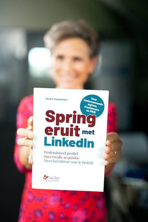 LinkedIn trainer Trudy Pannekeet met boek Spring eruit met LinkedIn